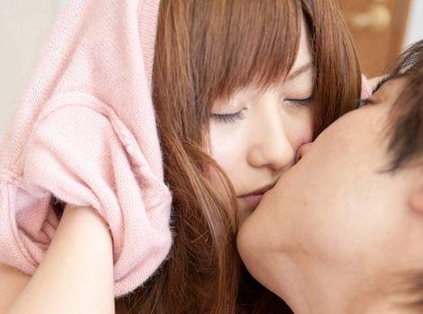 成瀬心美&鈴木一徹|彼氏が留守の間にオナニーした後で裸エプロンSEXエロ動画