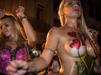 リオのカーニバル前夜祭でトップレスパレード