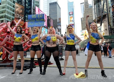 NYタイムズスクエアでトップレスデモ、FEMEN -AFPBB News