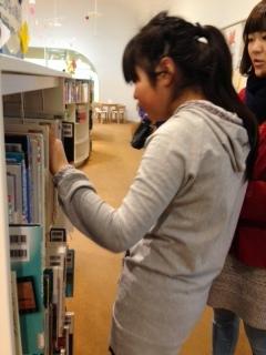 本を探す咲希ちゃん