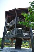 公園内の木製の展望台