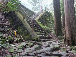 県道に出る階段_H26.04.18撮影