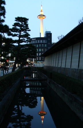 水面に映る逆さ京都タワー H25.03.17撮影