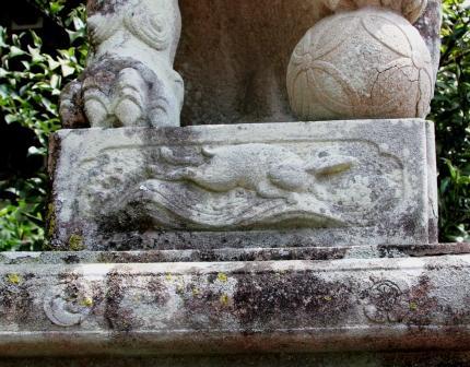 狛犬の台座に彫られたウサギ_H26.04.06撮影