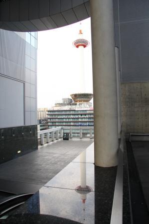 大理石に映る京都タワー_H26.02.09撮影