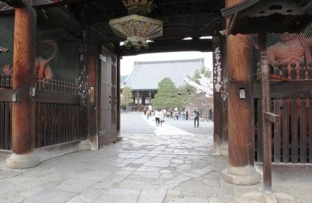 仁王門から本堂_H26.04.05撮影