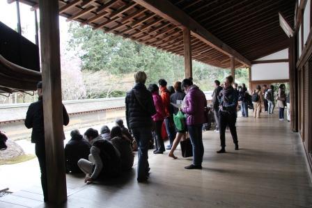 石庭を眺める人々_H26.04.06撮影