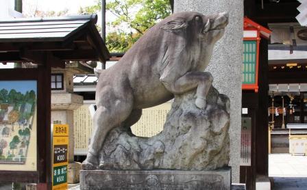 吽形の狛いのしし_H26.04.06撮影