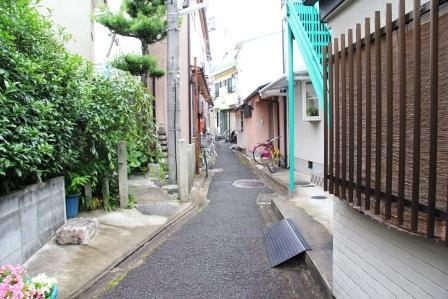塚への路地_H26.06.07撮影