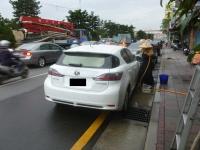 道端手洗い洗車中のCT200h140425
