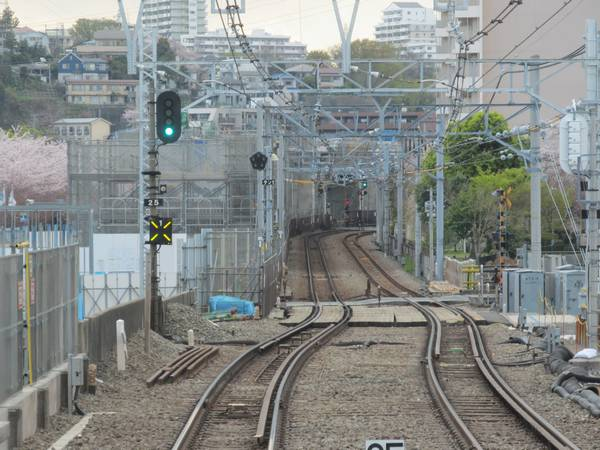 天王町駅停車中の下り列車の前面展望。(2014年4月5日)
