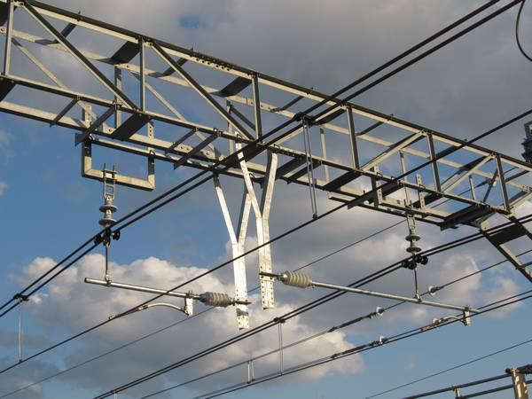 天王町駅構内の架線柱は高さ調整可能な金具に交換された。