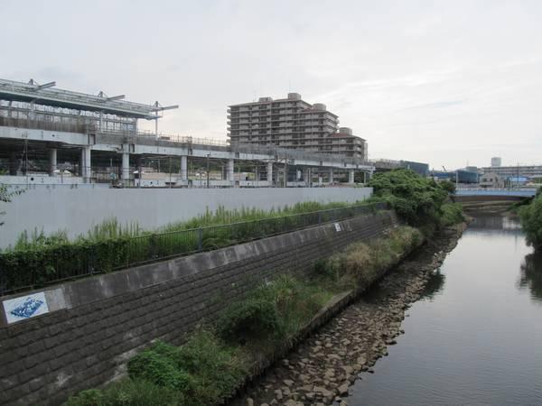 星川駅北口前を流れる帷子川から和田町駅方向を見る。(2013年9月10日)