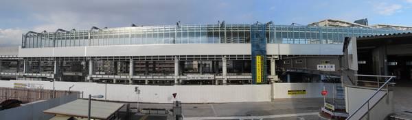 星川駅南口の星川SFビル2階のデッキから見た工事中の高架駅。ホーム階はガラスの風防の取り付けが進む。