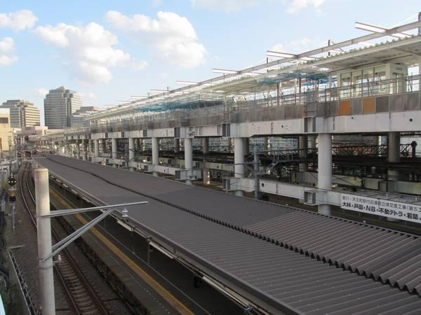星川駅北口前プラザダイゴ2階のデッキから仮設ホームと工事中の高架駅を見る。