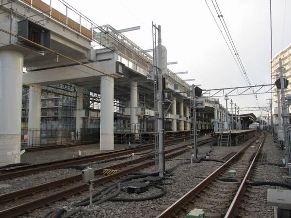 ホーム横浜方の端にある天王町3号踏切から駅構内を見る。