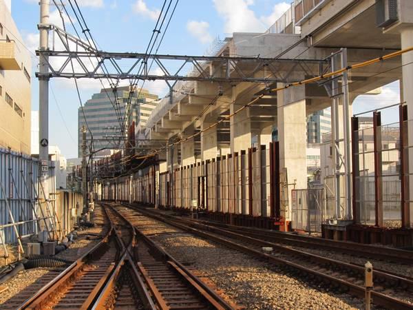 同じ踏切から横浜方面を見る。