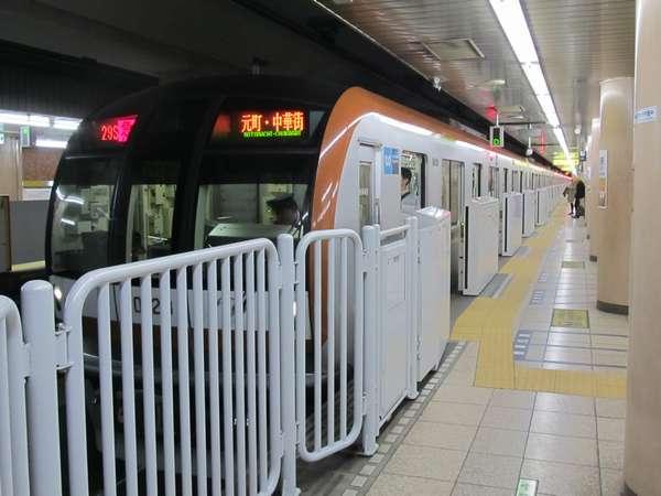 小竹向原駅2番線に停車中の東京メトロ10000系「急行元町・中華街行き」