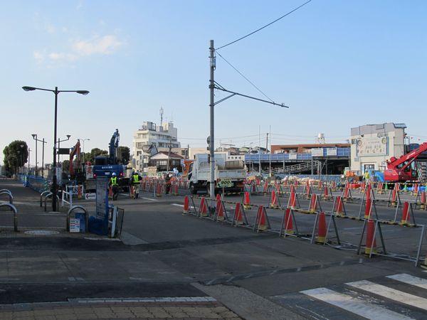 B線側で埋設物の移設作業が行われている。
