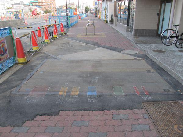 工事区間両端の路面には埋設管の種類がカラーでペイントされていた。