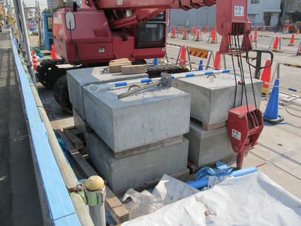 中柱を構成する部材。コンクリートのブロックや金属の箱を組み立てることにより中柱を造る。