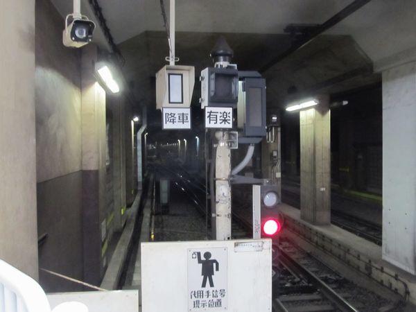 連絡線切替と同時期に小竹向原駅1・2番線の出発側信号設備に追加されたLED表示器(右上)。