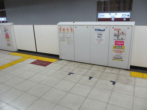 千川駅副都心線ホームの当駅始発用乗車目標(右下のタイルに貼られたテープ)。