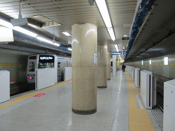 ホームドアが設置された千川駅有楽町線ホーム。ホームドアは今年2月8日に稼動を開始した。