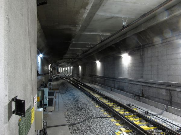 千川駅ホーム端から見たA線側連絡線の合流部分。