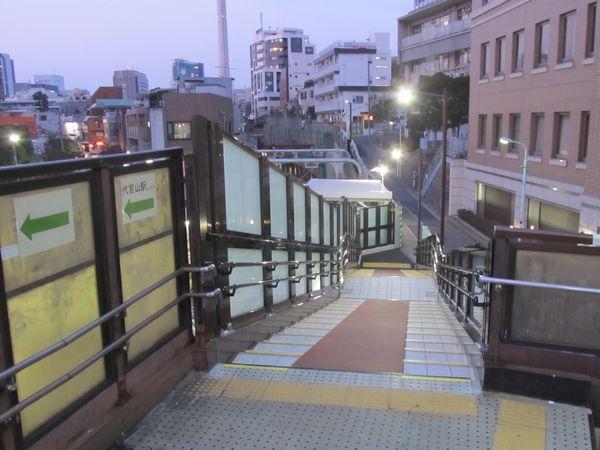 じ場所の切替1年後。歩道橋が復旧され、駅の外から切替箇所は見えなくなった。