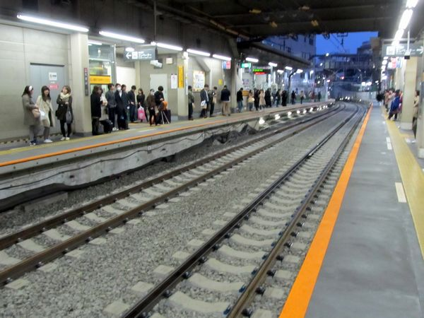 渋谷トンネル内は当初からPCまくらぎだったが、急曲線用の強化型まくらぎに再交換された。