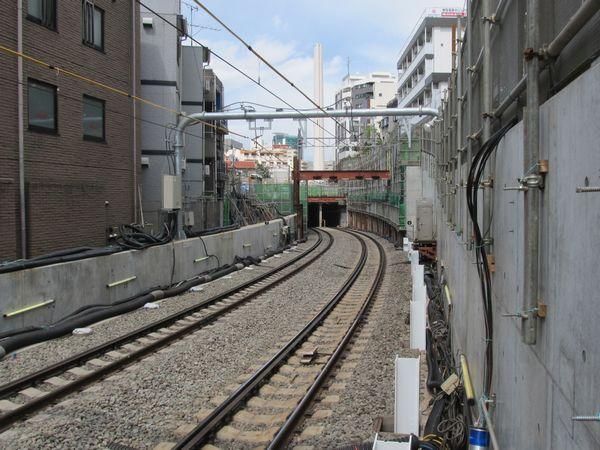 渋谷方のホーム端からトンネル坑口を見る。手前の白く塗られた仮受け用鉄骨は10両用非常ホームの台座に流用するためのもの?
