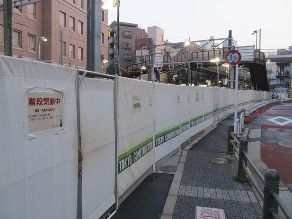 切替工事のため代官山駅北側の歩道橋は一部のスロープが取り外された。