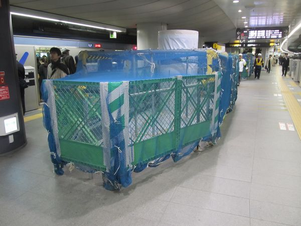副都心線・東横線渋谷駅3・4番線横浜寄りの空調付きベンチは混雑緩和のため撤去された。