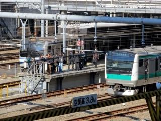 お隣3・4番線には最新形式埼京線E233系7000番台が入線