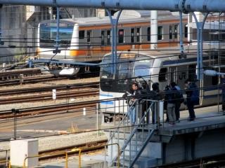 東京駅では地上と地下でホームが分かれているため見えない中央線E233系との離合
