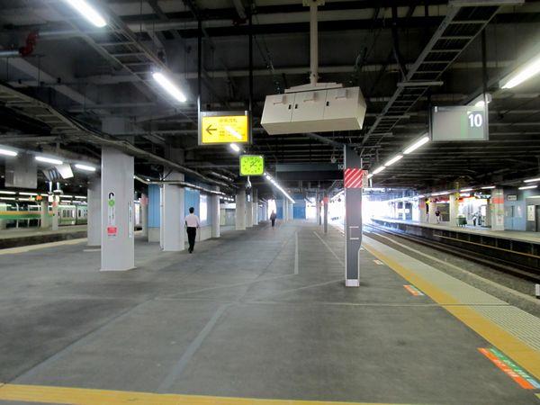 使用を再開した品川駅9・10番線のホーム中央。旧車両基地の機回し線を潰してホームを拡幅したため、かなり広い。