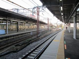 旧車両基地に向けて直進する8番線(左)と東海道線下り線側に向けてカーブする9番線(右)。