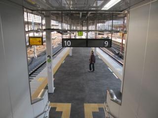 橋上駅舎の横浜寄りの端に新設された9・10番線に通じる階段。