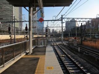 9・10番線ホームの横浜方の端。9番線側の停止位置が横浜方にずれているため、10番線側は柵が設置されている。