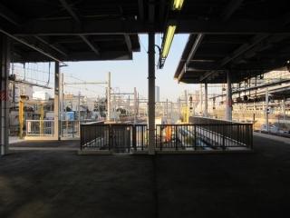 9・10番線東京方のホーム端。機回し線の跡が埋めきれずに隙間が開いている。