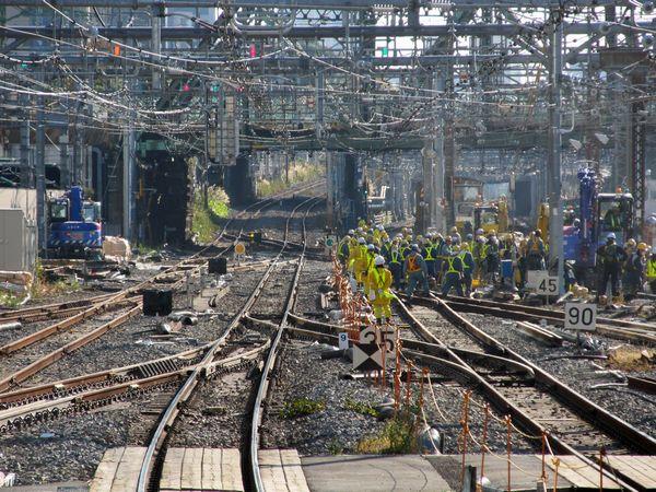 人海戦術によりポイントの入れ替え作業が行われている品川駅横浜方の東海道線・横須賀線の連絡線。