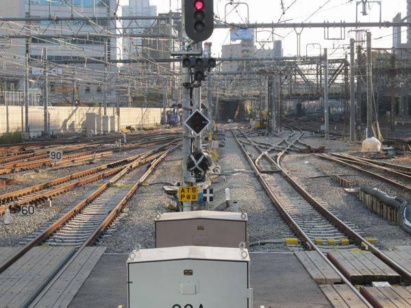 A:9・10番線ホーム端から。右側のシーサスは今回の工事でわずかに位置が移動したため、全交換となった。左の10番線は東海道線下り副本線である11番線に合流し、東海道線下り本線に進出する。