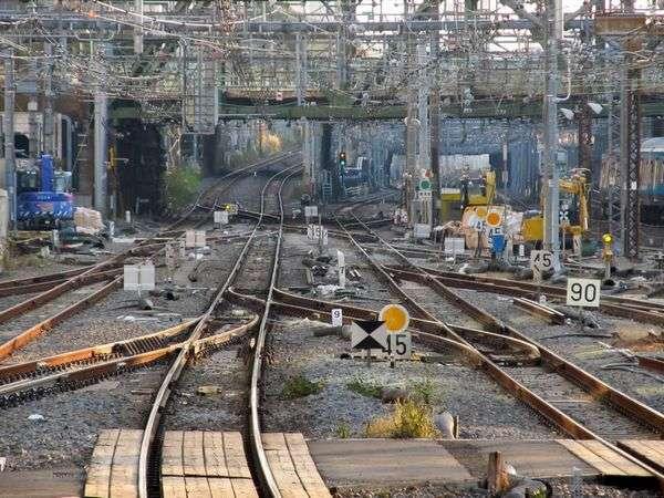 B:13番線のホーム端から。横須賀線の上下線間にある2か所の片渡り線と東海道線下り線の2か所の片渡り線が今回新設された。