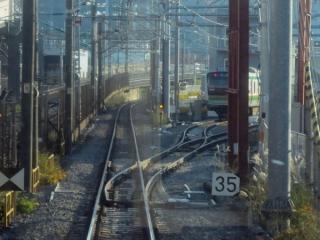 d:新車両基地到着線の分岐。営業線ではないため制限速度は35km/hと遅い。