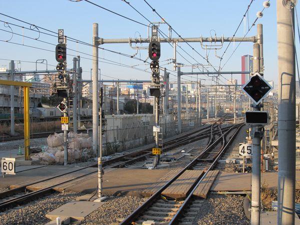 f:品川駅11番線のホーム端から新車両基地を見る。出発信号機が稼働し、東京方に進出可能となった。