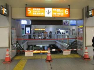 東海道線は東京~品川間が全面運休とされたためホームは封鎖された。