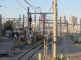 品川駅9番線の端から新車両基地方向を見る。手前には将来新7・8番線に接続すると思われる分岐器が設置されている。