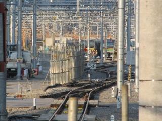 品川駅9番線の端から新車両基地方向を見る。ホームと新車両基地の間には将来新7・8番線に接続すると思われる分岐器が設置されている。