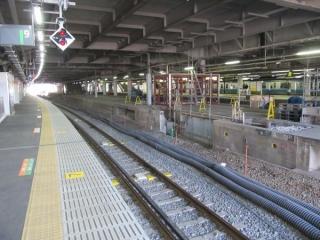 9番線と規格外に接近していた8番線の中心はホームを削り取る工事が進む。